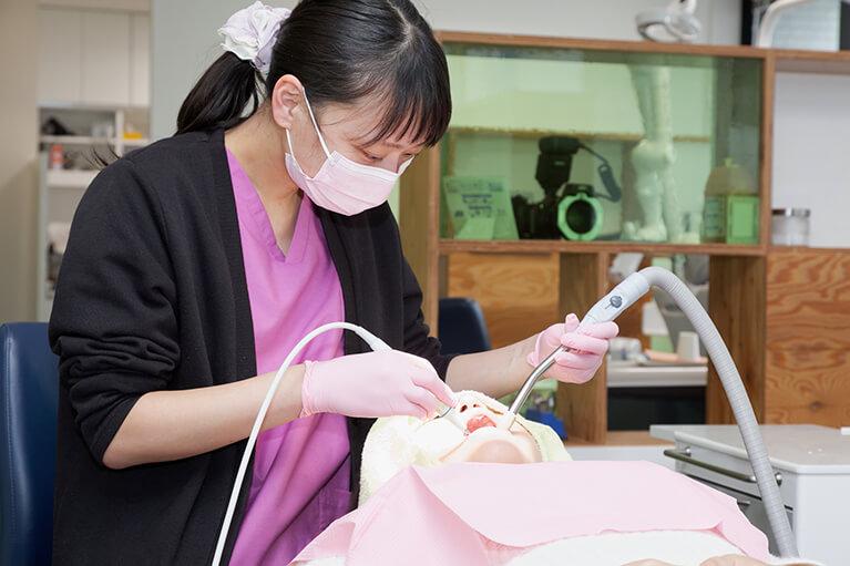 専用の器具を使って歯垢・歯石を取り除きます